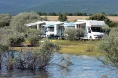 Autocaravanas 'acampando' en el pantano