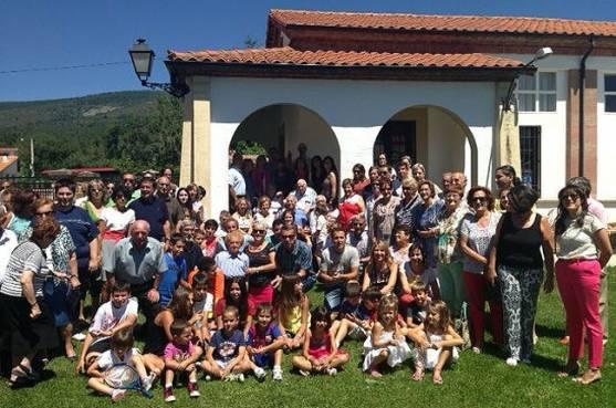 El centenario, al fondo, con su familia.