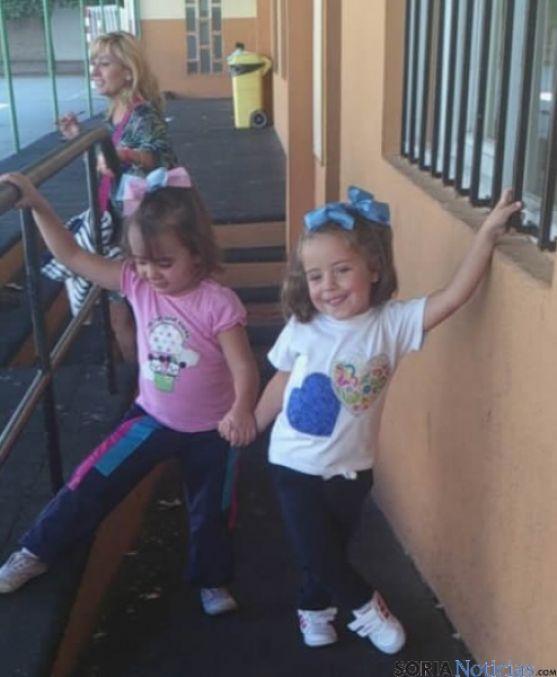 Dos niñas saliendo de clase