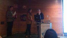Jara Valtueña Santamaría recogiendo el premio