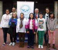 Niños del colegio con el presidene, Jesús Crespo y padres del centro.