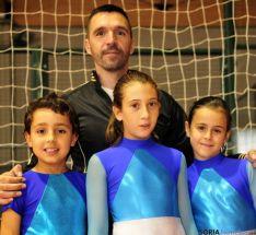 El entrenador y los jóvenes patinadores sorianos.