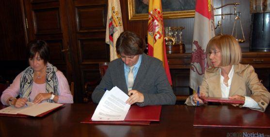 Sanchez (izda), Mínguez y Moyano en la firma del convenio.