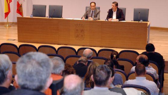 López (izda.) con Peregrina en la reunión con los alcaldes.