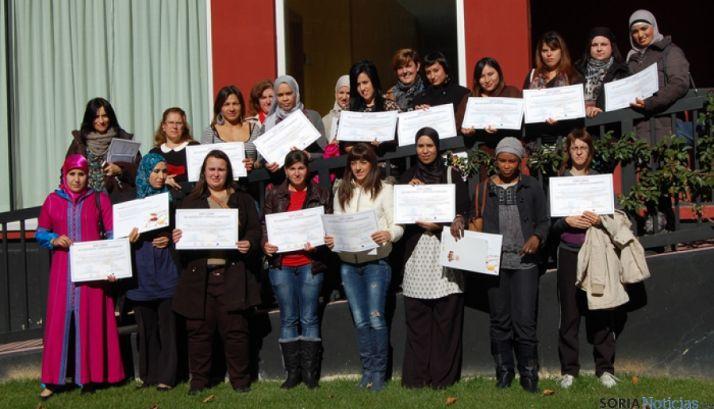 Las alumnas tras recibir los diplomas.
