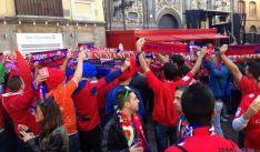 Los seguidores rojillos, en una de las plazas del casco viejo de Zaragoza.