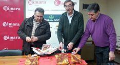 Acto del pegado de etiquetas del Torrezno de Soria en la Cámara de Comercio