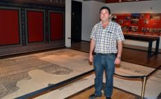 El alcalde, junto al mosaico romano que se expone en el palacio ducal