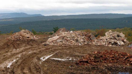 Escombros depositados por la empresa denunciada.