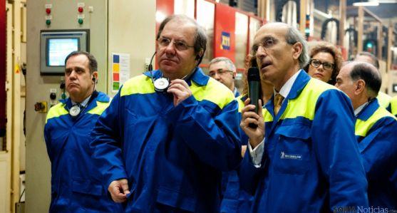 Herrera, (ctro.) en su visita a la factoría vallisoletana de Michelín.