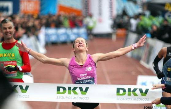 La atleta navarra concluyendo la prueba en San Sebastián.