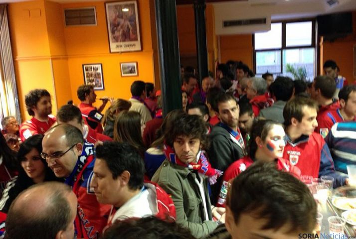 Aficionados en el Bar Picadillo, sede numantina en Zaragoza.