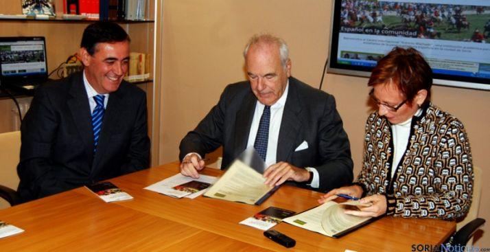Pardo, (izda.), Benjumea y Fantini en la firma del convenio.
