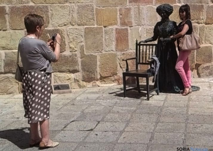 Dos turistas con la imagen de Leonor.