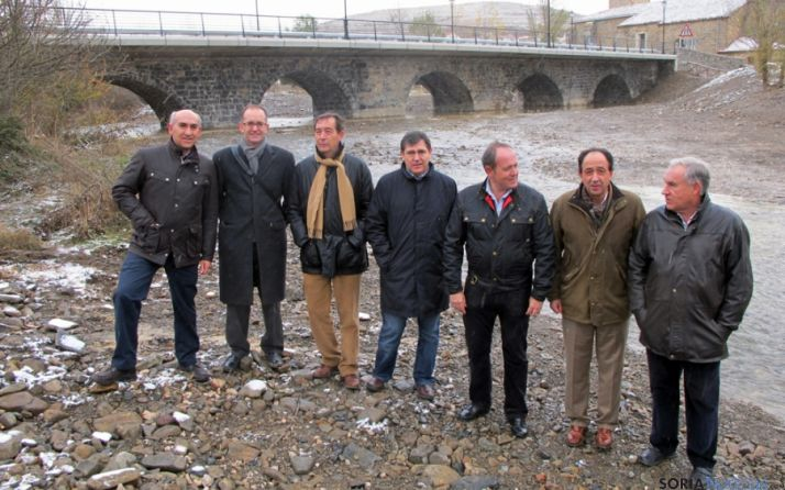 López ((2º dcha.) con el alcalde de Villar (dcha.), y los responsables de Fomento y de la empresa adjudicataria (izda.)
