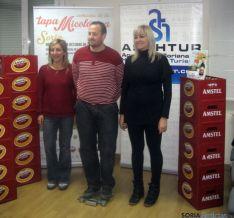 Santos (izda.), junto a Largo y la representante de Amstel.