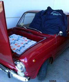 Un '850' con alimentos en su maletero.