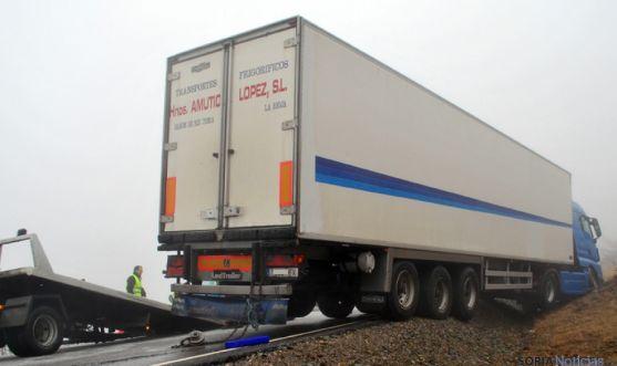 El camión, embarrancado en la cuneta.