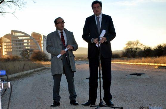 Óscar López, (dcha.) junto a Luis Rey en los terrenos de la CMA