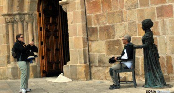 Dos turistas se fotografían con la estatua de Leonor, en la capital.
