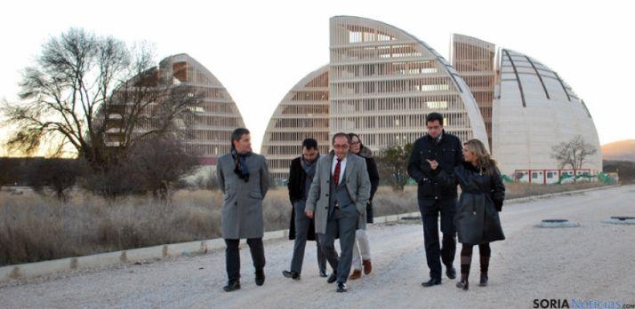 Dirigentes del PSOE esta tarde en las cercanías de la Cúpula de la Energía.
