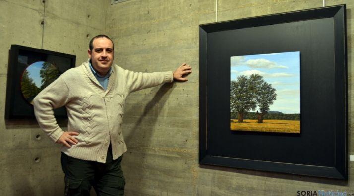 Joseja Casado, con uno de sus cuadros expuestos en la Audiencia.