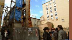 Mínguez (dcha.) conversa con un vecino sobre el estado del andamio en la calle Zapatería.