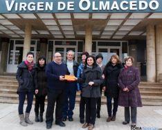 Miembros de la AMPA y Cáritas, en la donación.