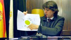 El alcalde, con el plano de la rotonda.