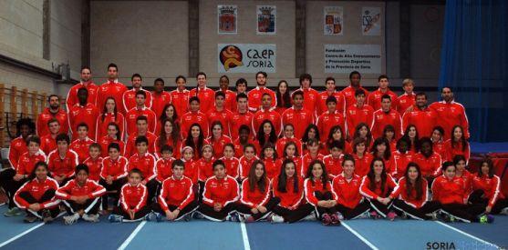La familia del Club Deportivo Atletismo Numantino, en las instalaciones del CAEP este miércoles. / SN