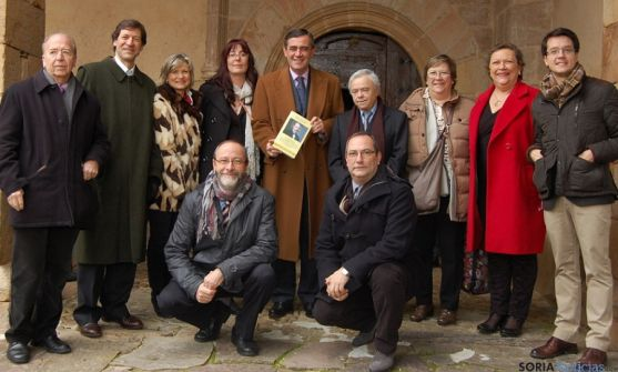Autoridades y vecinos tras la presentación del libro en Almajano.