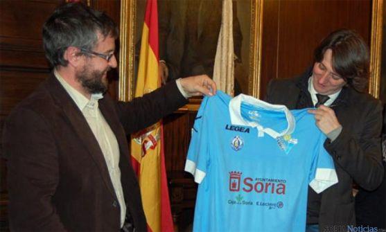 Cabrerizo (izda.) entrega a Mínguez una camiseta del equipo.