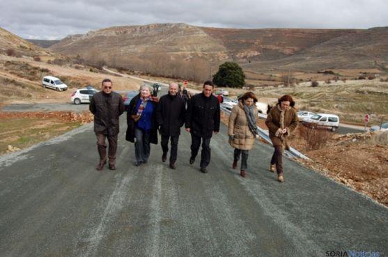 Las autoridades caminan por la nueva vía Caracena-Valderromán