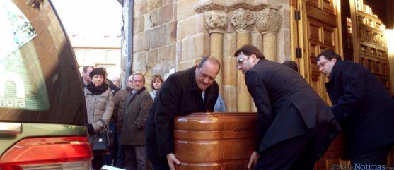 El féretro, tras el funeral en La Mayor.