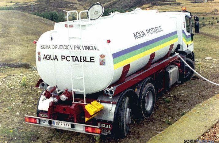 Un camión cisterna de la Diputación en labores de suministro.