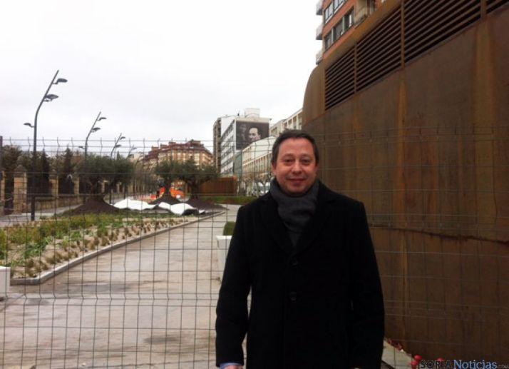 Adolfo Sainz, ante el paseo del Espolón, aún sin abrir