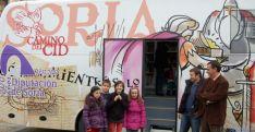 Pardo y Bonilla con unos niños de Molinos.