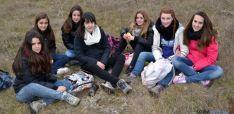 Grupo de chicas comiéndose un sabroso bocadillo