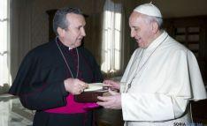 Monseñar Melgar entrega unos libros al Papa Francisco
