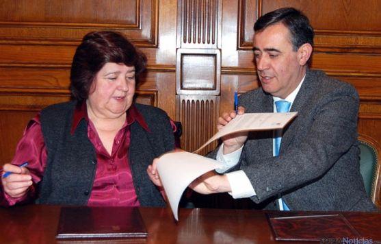 Antonio Pardo y Julia García, en la firma del convenio.
