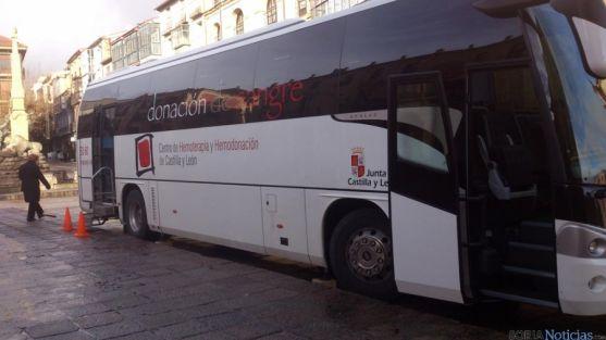 Autobús para las donaciones de sangre en la plaza Mayor. / SN
