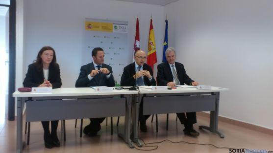 El delegado del Gobierno y el director general del INIA, ambos en el centro, durante la presentación.