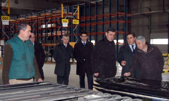 Elvira, (dcha.), Martínez y Pardo, en la factoría pinariega.