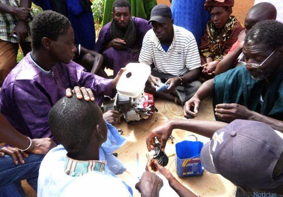 Senegaleses en uno de los proyectos de Cives Mundi.