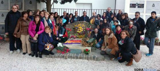 Grupo de sorianos ante la tumba de Machado