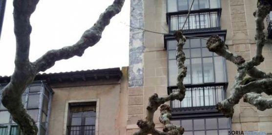 Detalle de las placas desprendidas en el edificio Gaya Nuño
