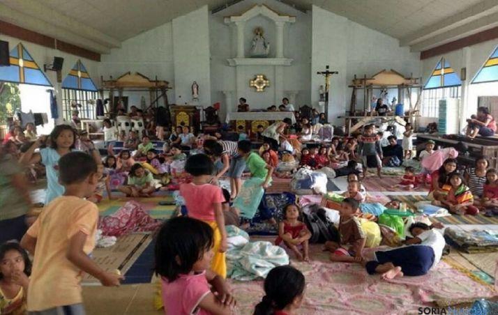Niños sin hogar refugiados en un templo filipino.
