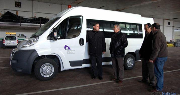 Pardo, (izda.) con Soria ante el nuevo vehículo.