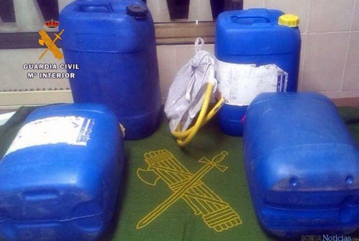 Las garrafas de combustible incautadas.