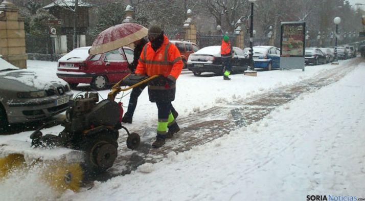 Trabajos de limpieza en una calle de Soria